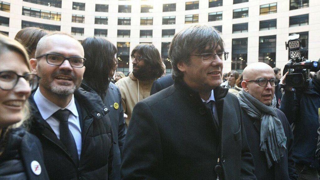 Josep Costa, a la izquierda, junto a Carles Puigdemont y el abogado Gonzalo Boye Twitter