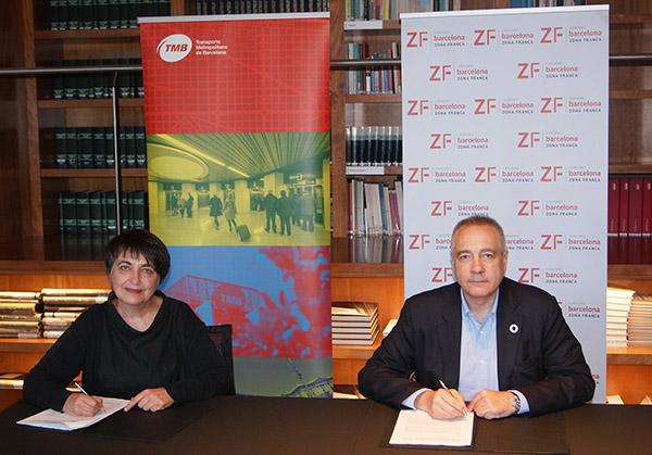 La presidenta de TMB, Rosa Alarcón, junto al delegado especial del Estado en el CZFB, Pere Navarro, firmando el acuerdo. Foto: El Consorci.
