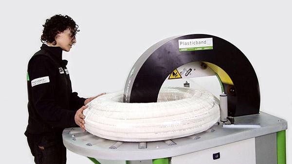 Máquina envolvedora orbital diseñada para embalar todo tipo de productos de forma redonda y marcos. Foto: Plasticband.