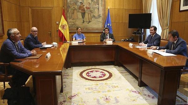 La ministra de Trabajo y Economía Social, Yolanda Díaz, junto con el ministro de Inclusión, Seguridad Social y Migraciones, José Luis Escrivá, y los agentes sociales. Foto: Europa Press.