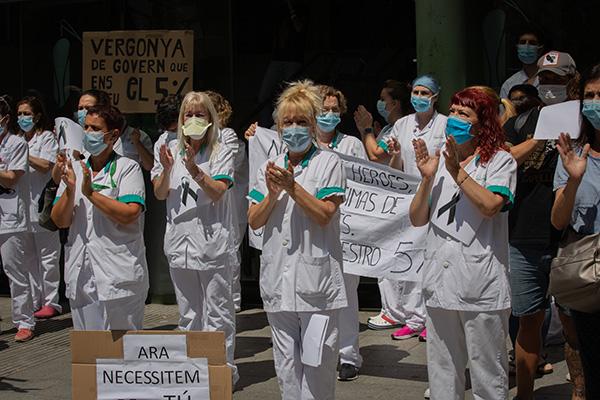 Trabajadores sanitarios concentrados ante el Hospital Clínic (Barcelona), reivindicando mejoras a finales de mayo. Foto: Europa Press.