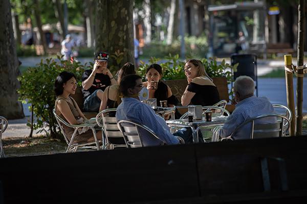 Varias personas disfrutan en una terraza de un bar barcelonés durante el segundo día de la fase 1 de la desescalada. Foto: David Zorrakino/Europa Press.