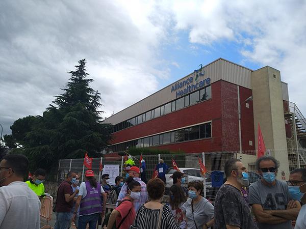 Trabajadores de Alliance Healthcare ante la planta de la empresa en Polinyà esta mañana. Fotos: CCOO Cataluña.