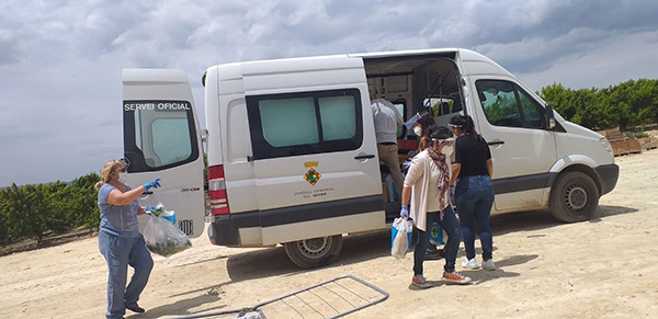 El Consell Comarcal del Segrià (Lleida) lleva comida a 40 temporeros aislados a mediados de junio. Foto: Europa Press.