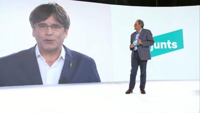 Un momento de la intervención de Carles Puigdemont. En el plató, Quim Torra.