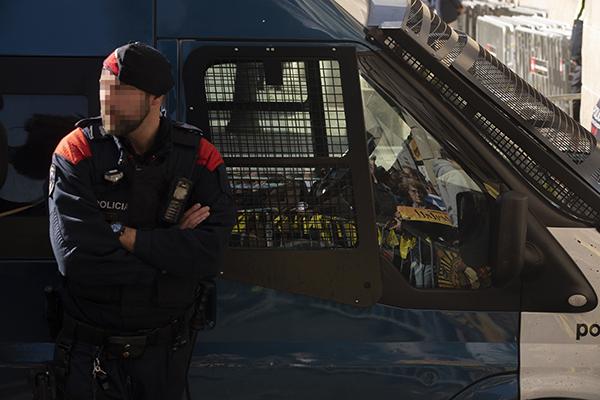 Un agente de los Mossos d'Esquadra junto a los vehículos en los que suelen trabajar a 42,8 grados en pleno verano. Foto: Europa Press.