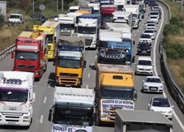 Vista de la marcha lenta de vehículos organizada el pasado día 31 de julio. Foto: Gremio de Feriantes de Barcelona.