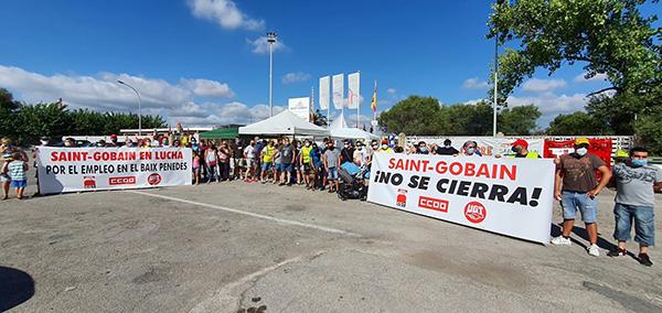 Los trabajadores de la planta Saint-Gobain en L'Arboç (Tarragona) protestan por el cierre de la instalación. Foto: Europa Press.