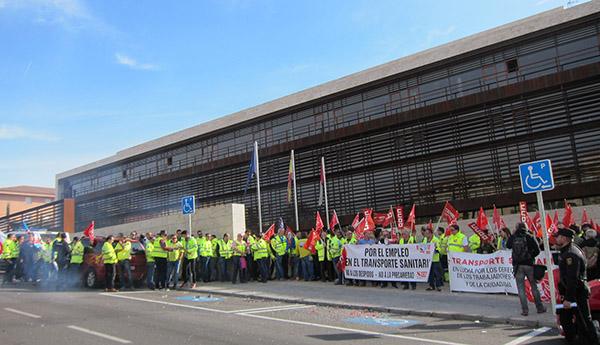 Trabajadores del transporte sanitario durante una concentración reciente en Toledo. Foto: Europa Press.