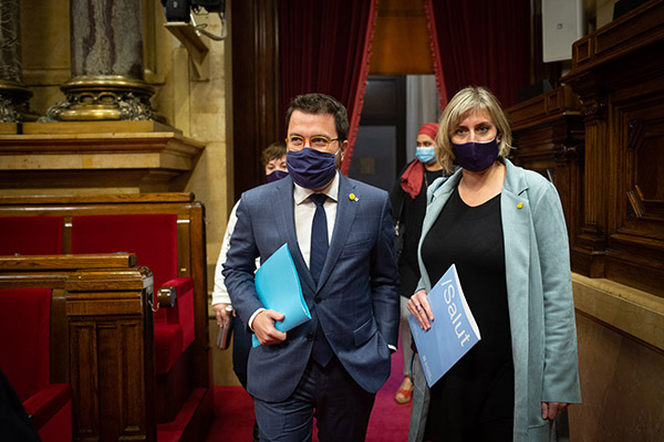 El presidente en funciones de la Generalitat, Pere Aragonès, junto a la consellera de Salut, Alba Vergés, durante un pleno sobre la crisis sanitaria en el Parlament. Foto: Europa Press.