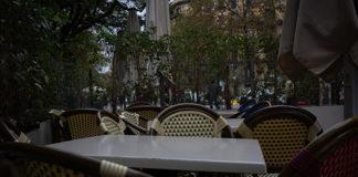 Sillas y mesas de la terraza de un bar cerrado durante el cuarto día de la entrada en vigor de las nuevas medidas de la Generalitat. Foto. europa Press.