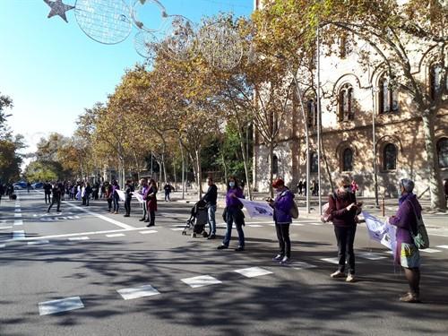 Vista de la cadena humana del pasado domingo, a la altura de la plaza Universidad (Barcelona) para denunciar la violencia contra las mujeres. Foto: Europa Press.