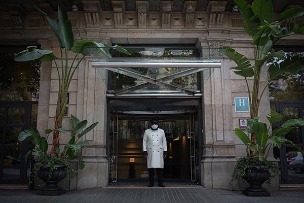Un portero hace guardia en el hotel Claris. Foto: Europa Prtess.