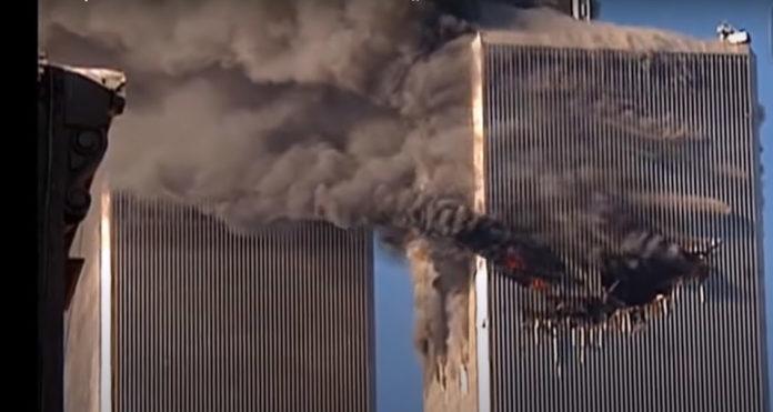 Vista de las Torres Gemelas tras estrellarse el primer avión a las 8.45 horas del 11-S del 2001. Imagen: YouTube.