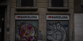 Un hombre camina junto a un comercio cerrado en el centro de Barcelona. Foto: Europa Press.