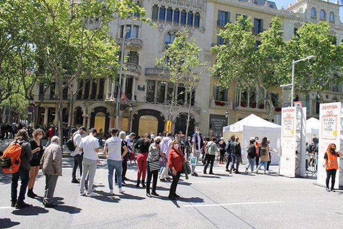 Colas de ciudadanos esta mañana en el acceso al tramo de Paseo de Gracia con Aragón.