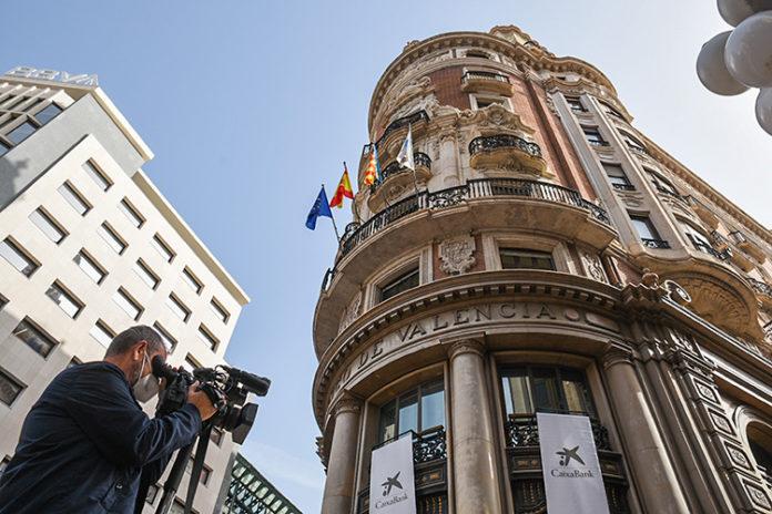 Fachada de la sede de Caixabank en Valencia. Foto: Europa Press.