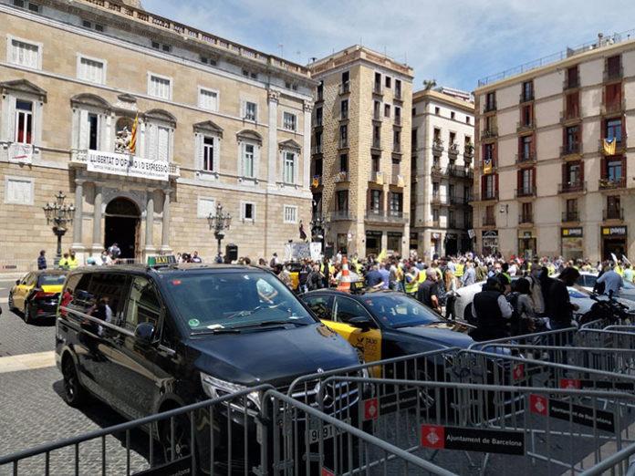 Taxis concentrados en la plaza Sant Jaume, el pasado día 20. Foto: Élite Taxi.