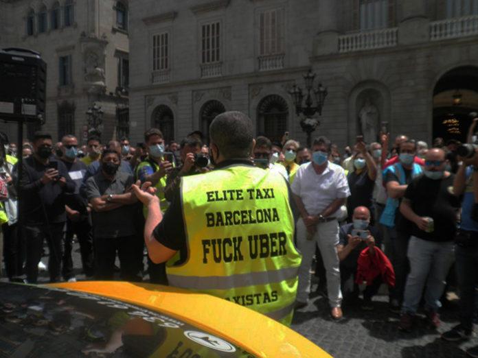 Los taxistas, acompañados de Tito Álvarez, durante la acción protesta del pasado 20 de mayo. Foto: Élite Taxi.