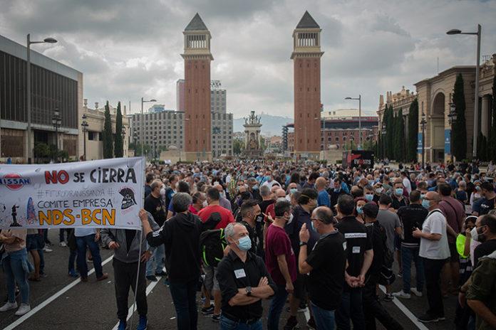 Trabajadores de Nissan se concentran ante las Torres Venecianas de Plaza España, meses atrás. Foto: Europa Press.