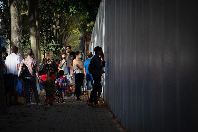 Padres y alumnos a las puertas de un colegio durante el inicio del curso escolar. Foto: Europa Press.