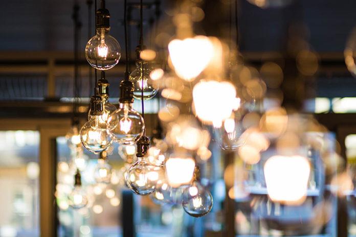 El recibo de la luz se ha disparado un 45,4% según FACUA. Foto: Pexels.