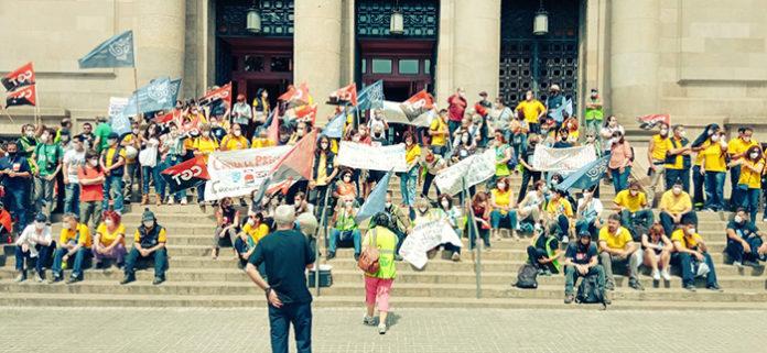 Concentración durante el primer día de huelga en Correos ante la oficina situada en la plaza Antonio López. Foto: CGT.