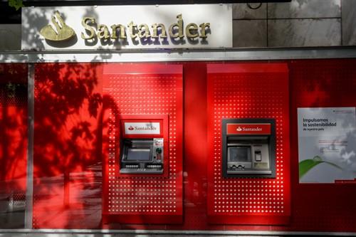 Cajeros automáticos del Santander. Foto: Europa Press.