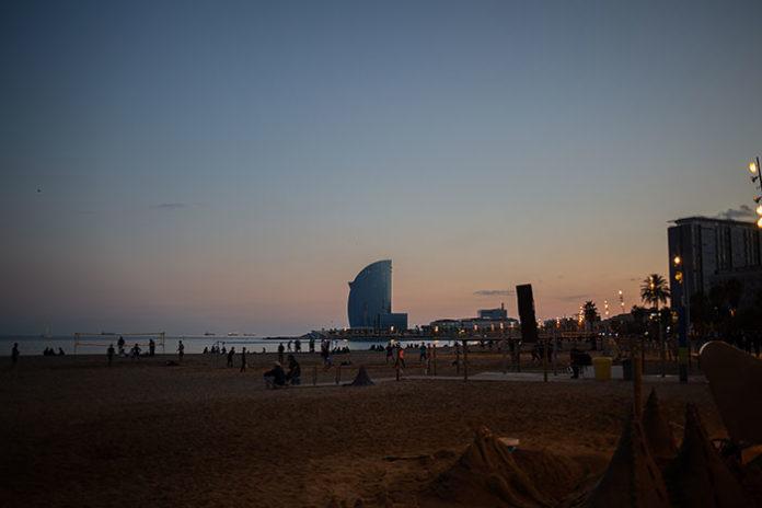 Vista de la playa de Barcelona, con el hotel W al fondo. Foto: Europa Press.