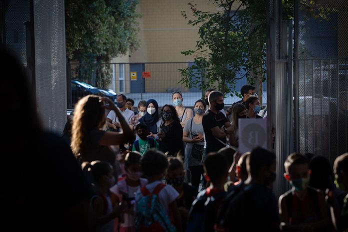 Inicio del curso escolar a las puertas de un colegio público. Foto: Europa Press.