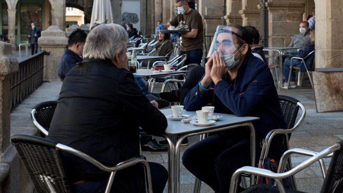 Gente en la terraza de un bar. Foto: Europa Press.