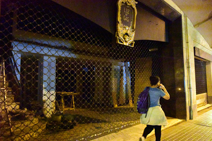 Una joven pasea ante una discoteca barcelonesa cerrada. Foto: Europa Press.