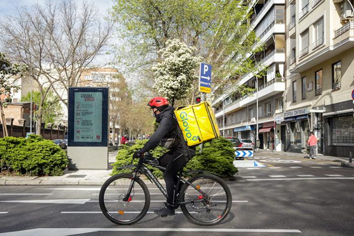Un rider de Glovo recorre las calles de Madrid durante el confinamiento. Foto: Europa Press.