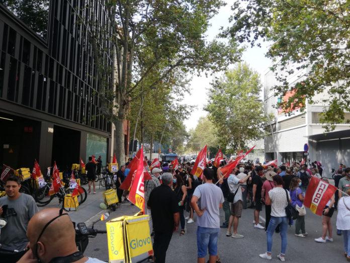 Más de un centenar de trabajadores de los supermercados Glovo se han concentrado hoy. Foto: Europa Press.