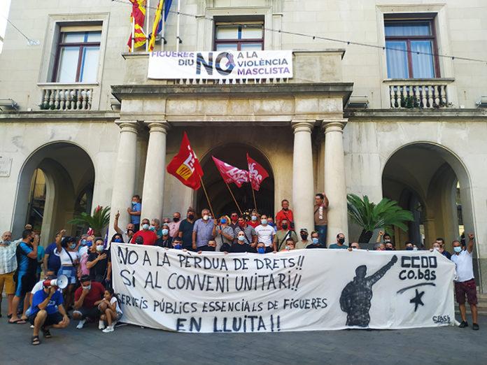 Trabajadores concentrados esta tarde ante el Ayuntamiento de Figueres. Foto: CCOO.