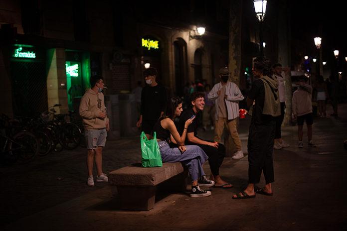 Un grupo de jóvenes en el Passeig del Born el pasado 4 de agosto. Foto: Europa Press.