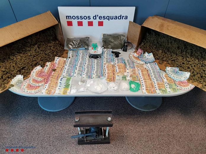 Imagen de la droga y el dinero requisados. Foto: Mossos d'Esquadra.