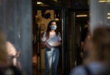 Una profesora con mascarilla a las puertas de un colegio catalán. Foto: Europa Press.