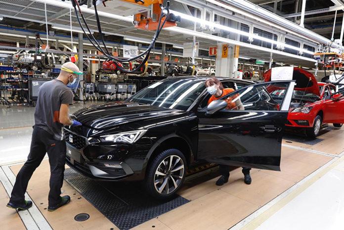 Trabajadores en la línea de producción del SEAT León en Martorell. Foto: Europa Press.