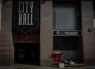 Un hombre duerme junto a la puerta de la discoteca barcelonesa City Hall. Foto: Europa Press.